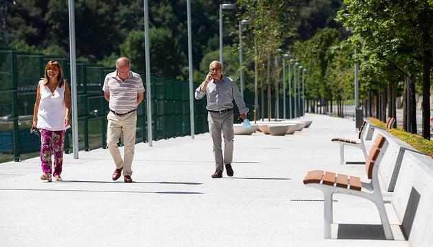 La cònsol major d'Andorra la Vella, durant la estrena del nou passeig i parc infantil a l'avinguda d'Enclar.