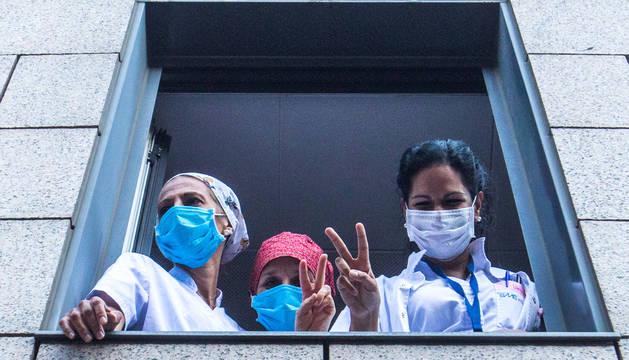 Sanitaris a les finestres de l'hospital.