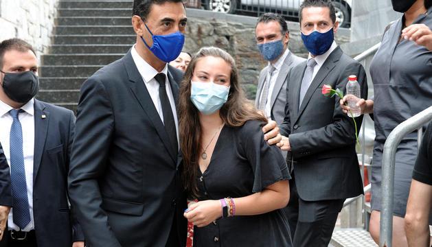 Raul Ferré i Clàudia Masià s'abracen.