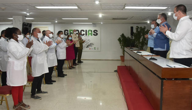 El president de Cuba i alguns dels sanitaris, durant la trobada d'aquest matí.