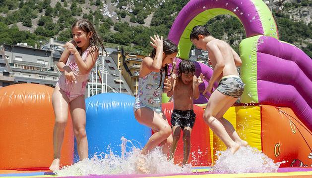 Quatre infants han gaudit aquest matí de l'Aquaparc situat a l'Estadi Comunal.