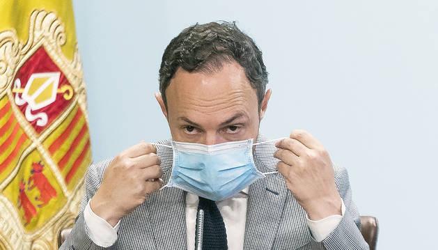 El cap de Govern, Xavier Espot, posant-se la mascareta.