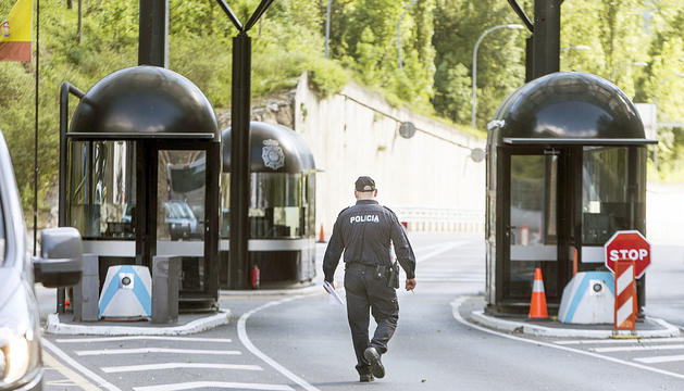 Un agent de policia a la frontera hispanoandorrana.