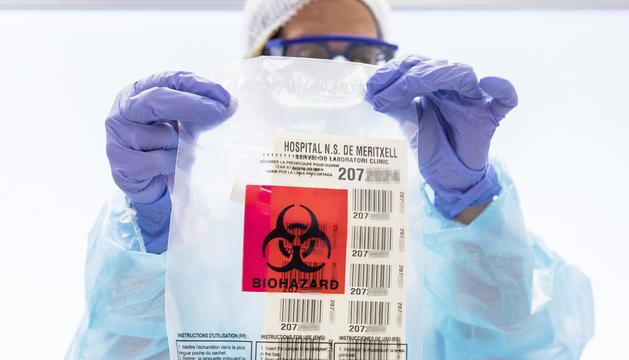 Una de les sanitàries encarregades de fer les proves per detectar el coronavirus.