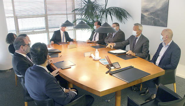 Els membres del Tribunal de l'Arbitratge del Principat d'Andorra en el moment de la signatura.