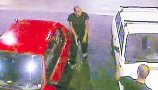 Imatge de les càmeres de seguretat de la benzinera on es veu el jove andorrà amb la navalla i la víctima mortal