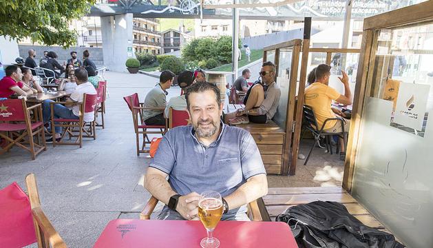 Òscar Fernández aprofita l'estiu per relaxar-se a la platja.