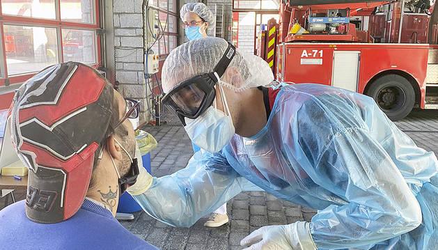 Un ciutadà fent-se una prova TMA a la caserna dels bombers.