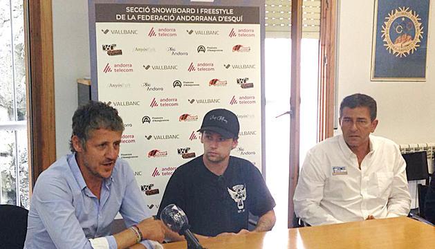 Carlitos Aguareles, al centre, secundat per Carles Visa i Pepi Pintat, ahir a la seu de la FAE.