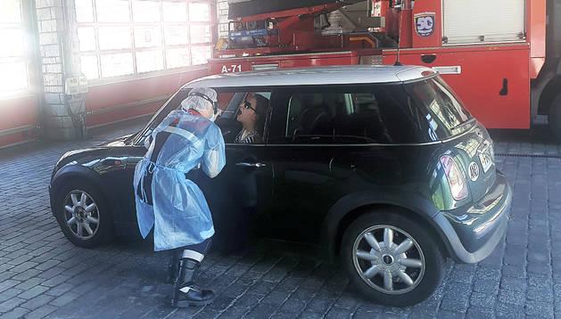 Una persona acudint amb el vehicle a fer-se la prova TMA a la caserna de bombers de Santa Coloma.