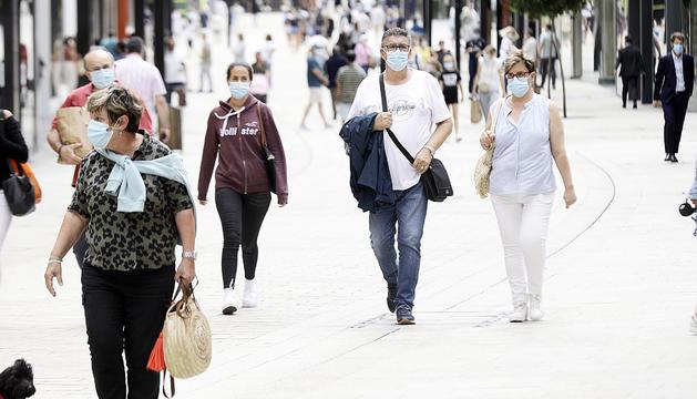 Visitants passejant per l'avinguda Meritxell, a la capital.