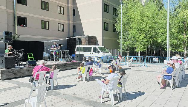 L'actuació infantil de la companyia SAC Espectacles a la plaça Prat del Riu.