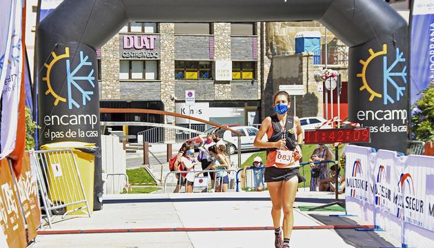 Núria Gil, que es va endur la Travessa d'Encamp en categoria femenina, ahir a la plaça dels Arínsols.