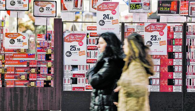 Un expositor de tabac d'un supermercat.
