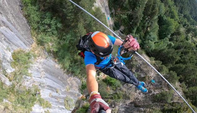 Un usuari, en una de les 16 tirolines del Tirolina Park.