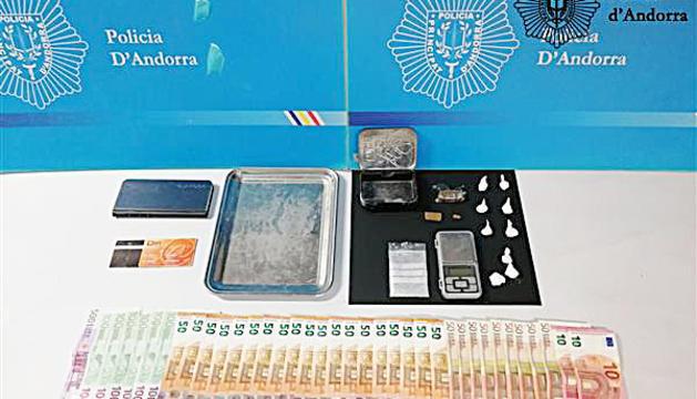 Diners i material comissat per la policia en el moment de la detenció.