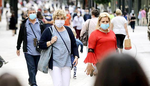 Ciutadans porten la mascareta posada a l'eix comercial.