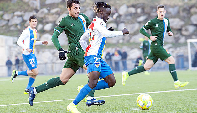 Musa Sidibé en un partit davant l'Espanyol Ba Encamp.