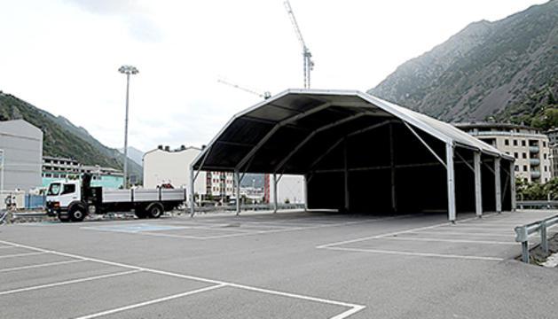 L'aparcament dels Veedors ja té l'escenari preparat per acollir els concerts.