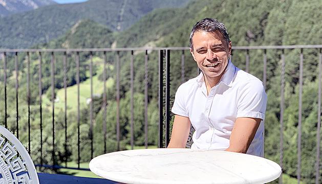 L'exfutbolista professional Javier Saviola, a la terrassa de casa seva, a Ordino.