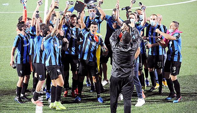 Rodrigo Vergara aixeca, eufòric amb els seus companys, la copa de campió de lliga, ahir.