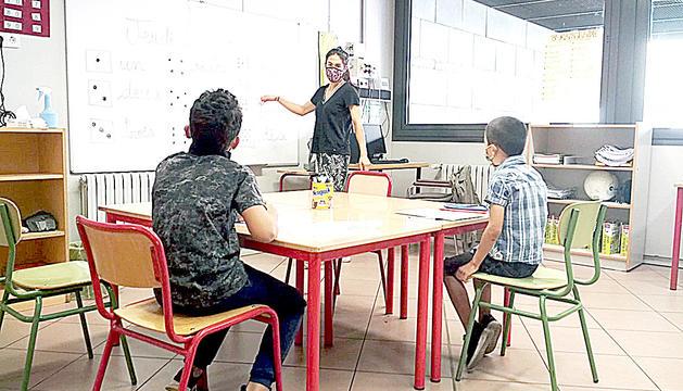 Uns alumnes en una classe de reforç.