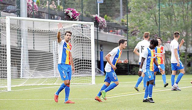 Ernest Forgas dedica a la graderia el gol aconseguit davant el Lleida Esportiu a la Copa Catalunya.