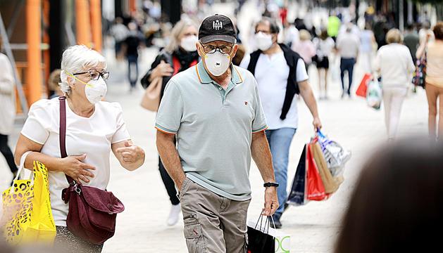 Ciutadans amb mascareta pel carrer.