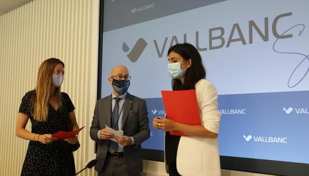 Les secretàries d'Estat de Salut i Afers Socials, Helena Mas i Maria amb el nou director de negocis de vallBanc, Sergi Martin