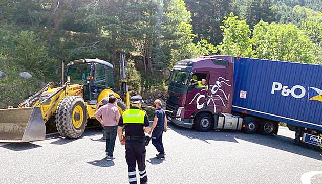 El camió travessat a la carretera dels Cortals, ahir al matí.