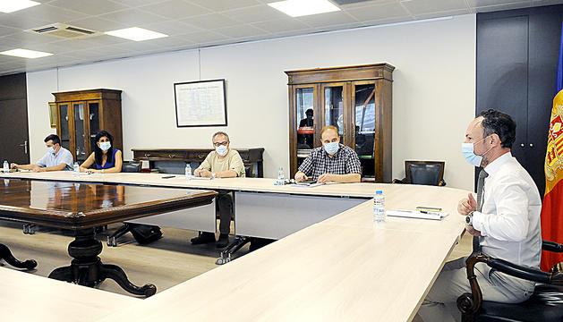 A l'esquerra, la reunió del Govern amb els consellers del PS (López, Padreny, Sánchez i Salazar). A la dreta, la trobada amb terceravia (Pintat, Camp, Montaner, Alís).
