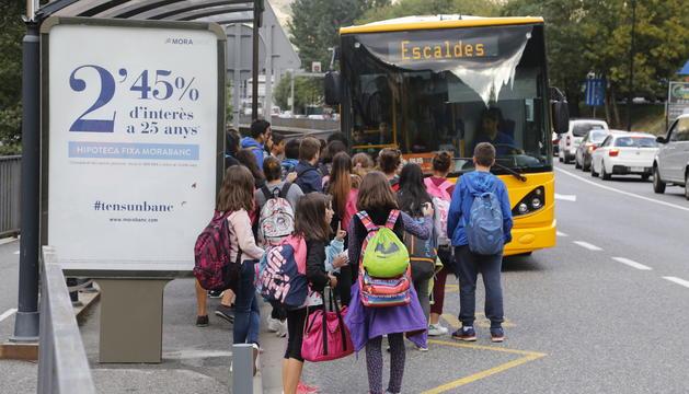 Un grup d'infants puguen al transport escolar