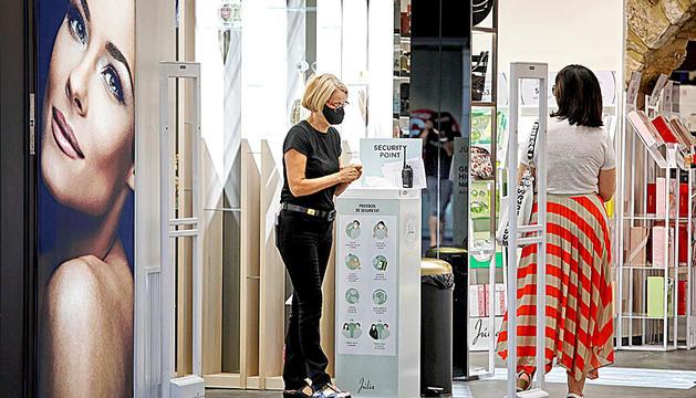 Una persona entra a una botiga del centre de Lleida.
