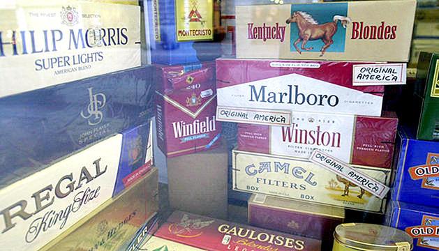 Paquets de tabac en un aparador sense publicitat.