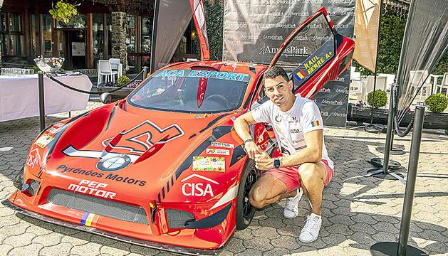 El pilot de la Massana Raül Ferré, amb el seu cotxe, ahir durant la presentació a Anyós.