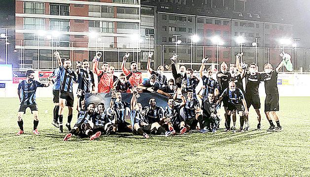 Els jugadors de l'Inter Club Escaldes celebren la Copa Constitució.