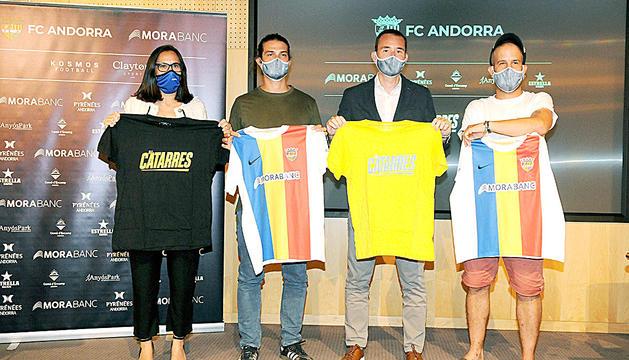 Els Catarres i el president del club, Ferran Vilaseca, ahir durant la presentació.