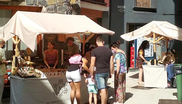 Visitants a les paradetes del Mercat de la Vall de la capital.
