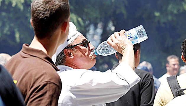 Una persona hidratant-se.