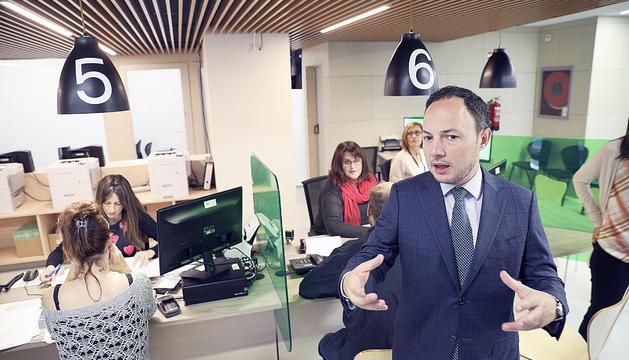 El cap de Govern, Xavier Espot, en una visita al departament d'Immigració.