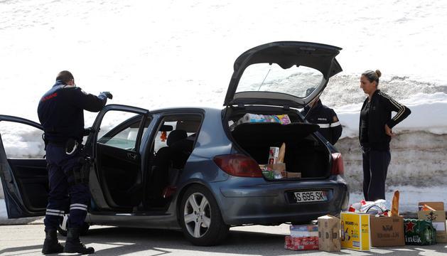 Un agent francès registra un vehicle a la duana del Pas de la Casa.