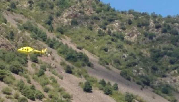 L'helicòpter cercant l'home desaparegut.