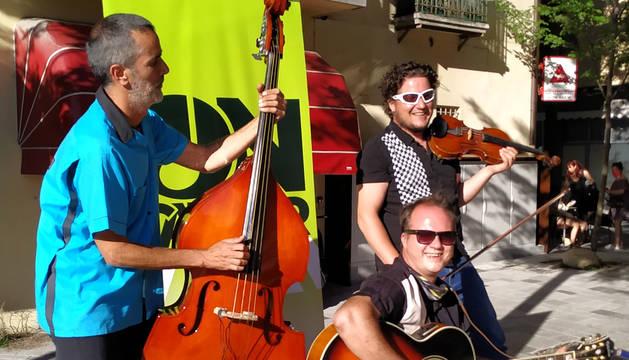 Trio Els impossibles del Swing durant una actuació ahir la tarda a Encamp.