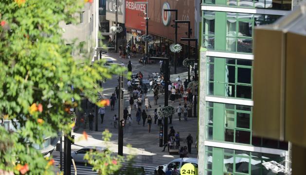 Turistes ahir dimarts per l'avinguda Meritxell