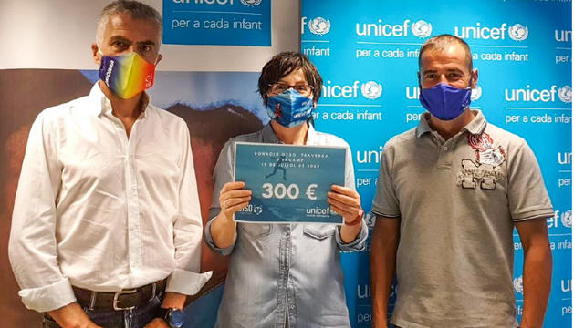 Marta Alberch, directora de l'Unicef, rep la donació de Jordi Solé, d'Otso, i Nino Marot, conseller d'Encamp