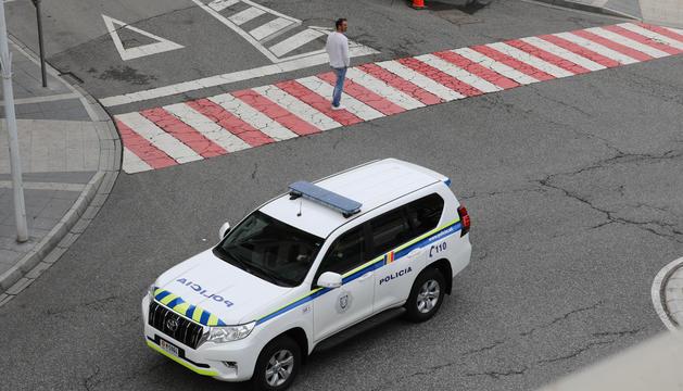 Un cotxe de policia patrullant.