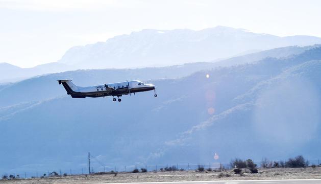 Un avió enlairant-se de l'aeroport d'Andorra-Pirineus.