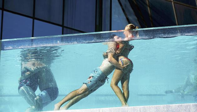 Dues parelles de turistes a la piscina panoràmica de Caldea.