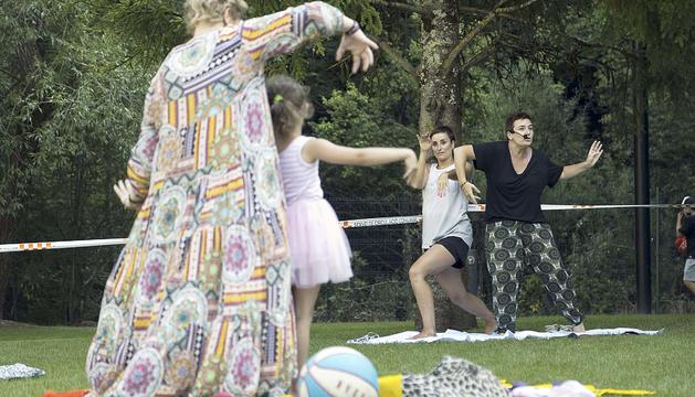 Els infants van aprendre amb dues professores de l'Escola Líquid Dansa