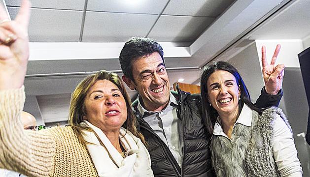 Conxita Marsol, Josep Àngel Mortes i Laura Mas celebrant la victòria a les comunals.